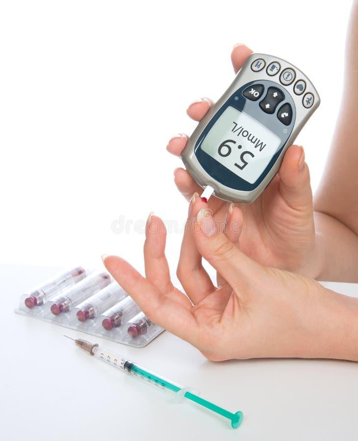 Analyse de sang de niveau de mesure de glucose avec le glucometer du doigt images stock