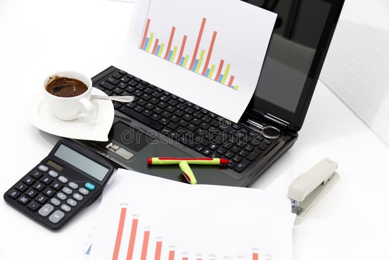 Analyse des diagrammes d'investissement productif avec la calculatrice et l'ordinateur portable photos libres de droits