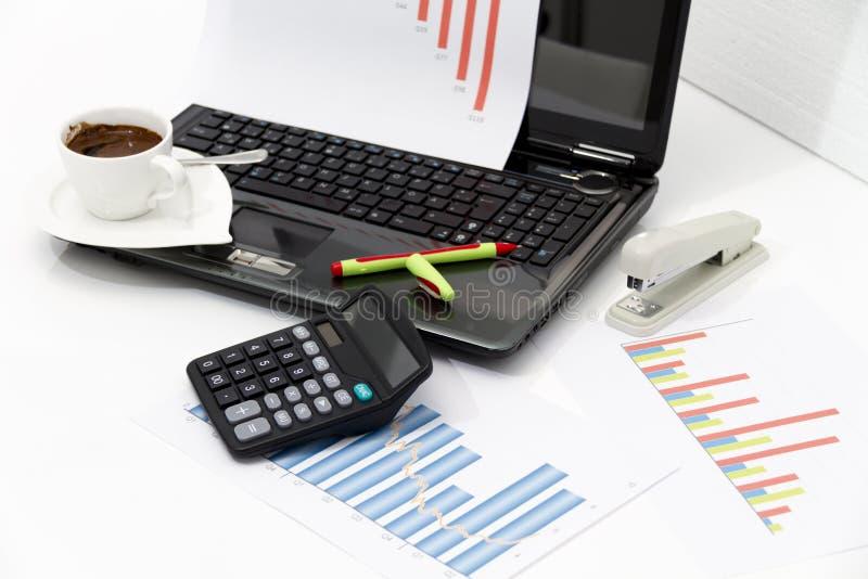 Analyse des diagrammes d'investissement productif avec la calculatrice et l'ordinateur portable photo stock