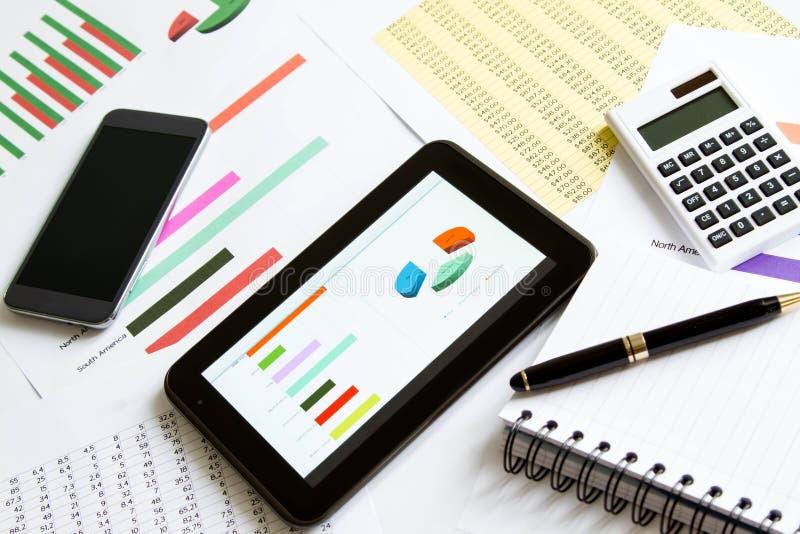 Analyse des graphiques avec la Tablette photo stock