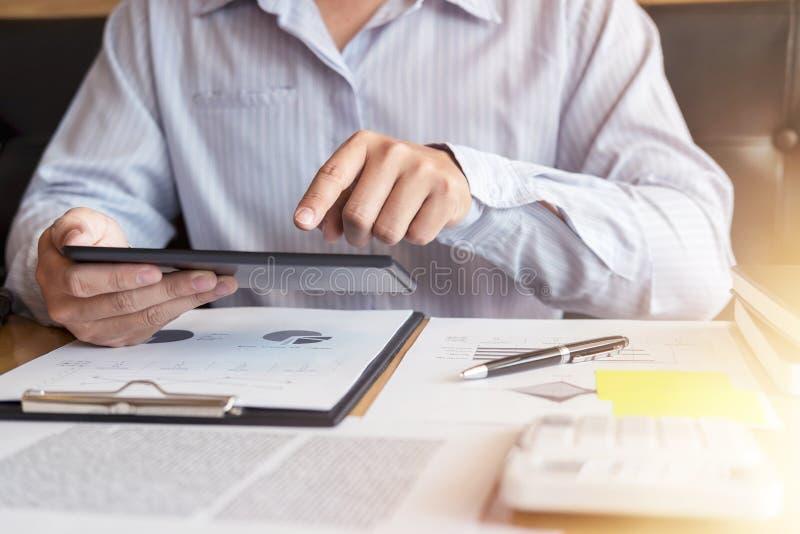 Analyse exécutive d'homme d'affaires fonctionnant l'investissement sur t photographie stock libre de droits