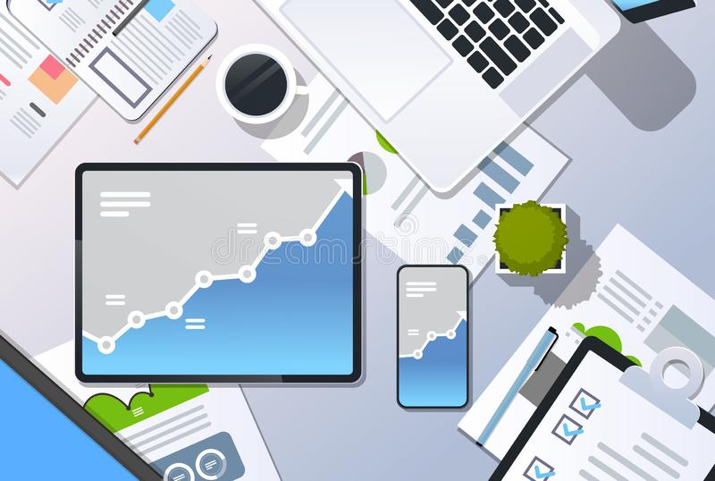 Analysefinanzdiagrammfinanzgeschäftsdiagramm-Wachstumskonzeptspitzenwinkelsichttischplattenlaptop Smartphone-Tablettenschirm lizenzfreie abbildung
