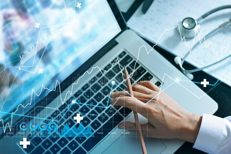 Analyser les données et les graphiques de croissance du secteur des soins de santé et des examens médicaux sur l'écran d'un ordin image libre de droits