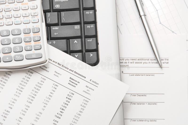 analysera finansiella papperen dem till hjälpmedel arkivfoto