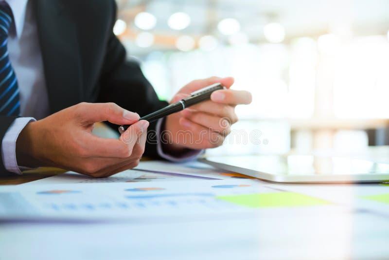 Analyserar den hållande pennan för affärsmannen och att hyvla affärsstrategen royaltyfria bilder