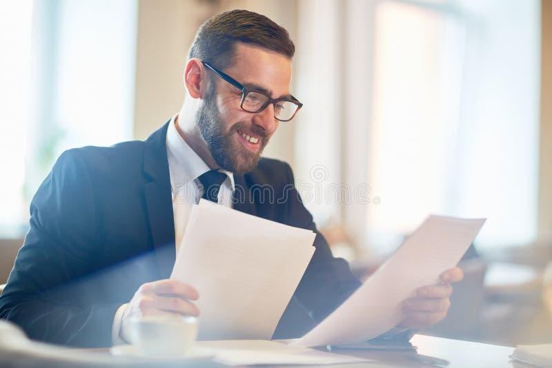 Analysering av arbetsresultat royaltyfri bild
