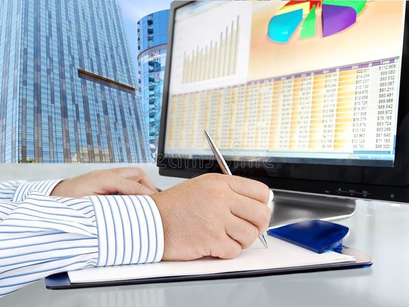 Analysering av data på datoren royaltyfri bild