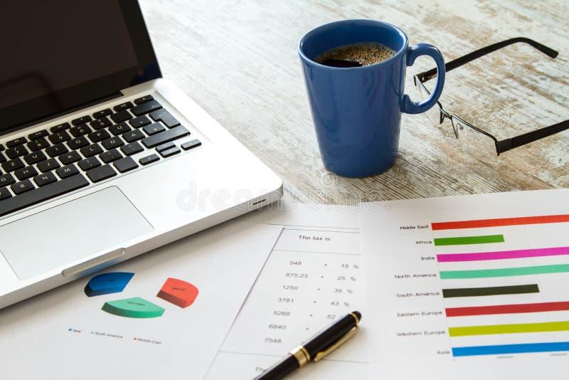 Analysering av diagram och av skatt arkivbild