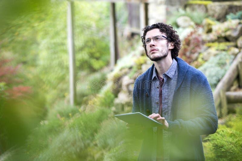 Analysieren der Natur mit Digital-Tablet lizenzfreie stockbilder