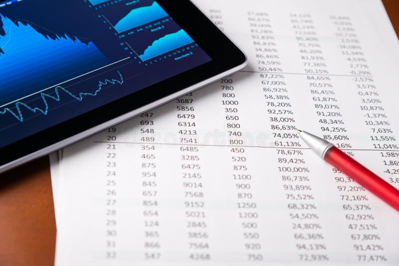 Analysieren des Berichts mit TablettepC lizenzfreie stockfotos