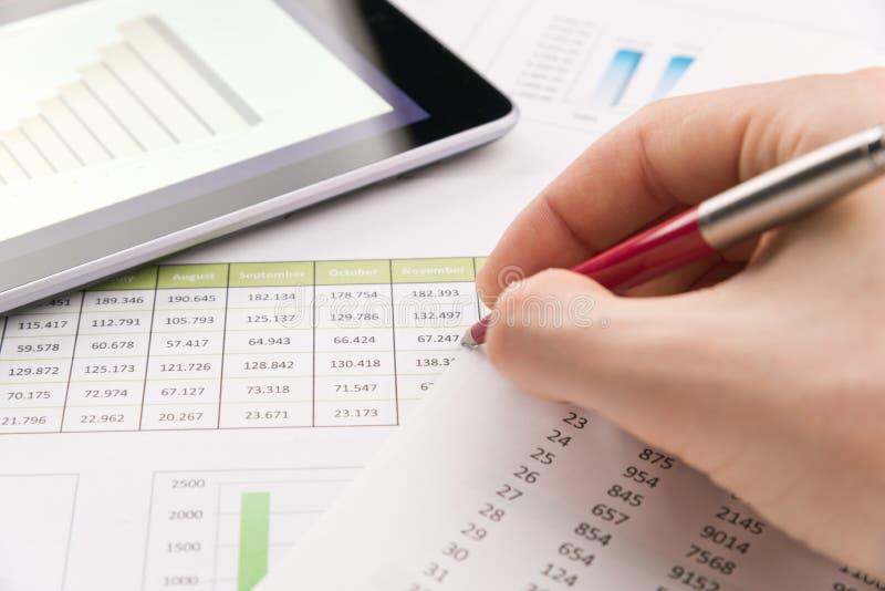 Analysieren des Finanzberichts stockfoto