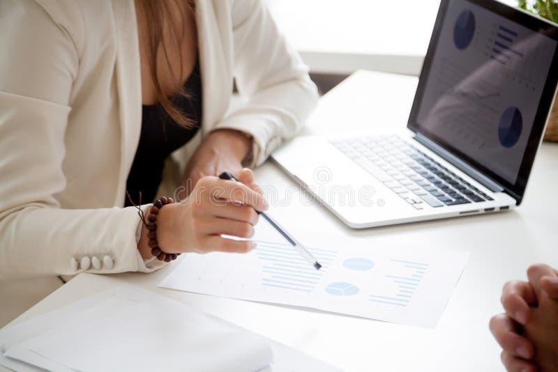 Analysieren des neuen Vermarktungsplanes und der Verkaufsstatistiken Konzept, Abschluss lizenzfreie stockfotografie