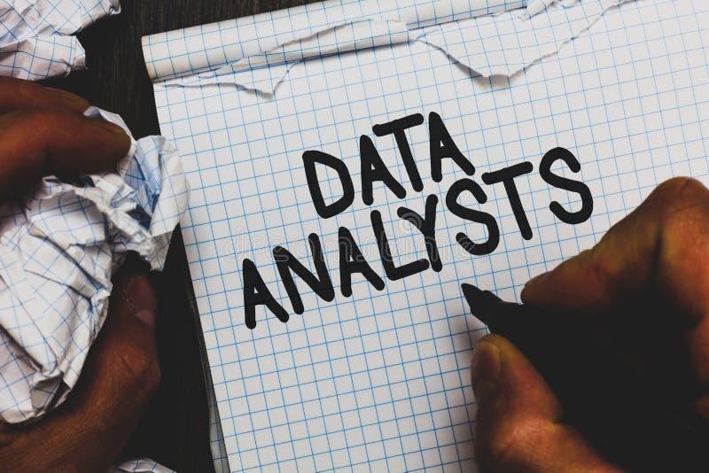 Analystes de données des textes d'écriture Le programmeur Design de signification de concept et créent le rapport identifie l'hom photos libres de droits