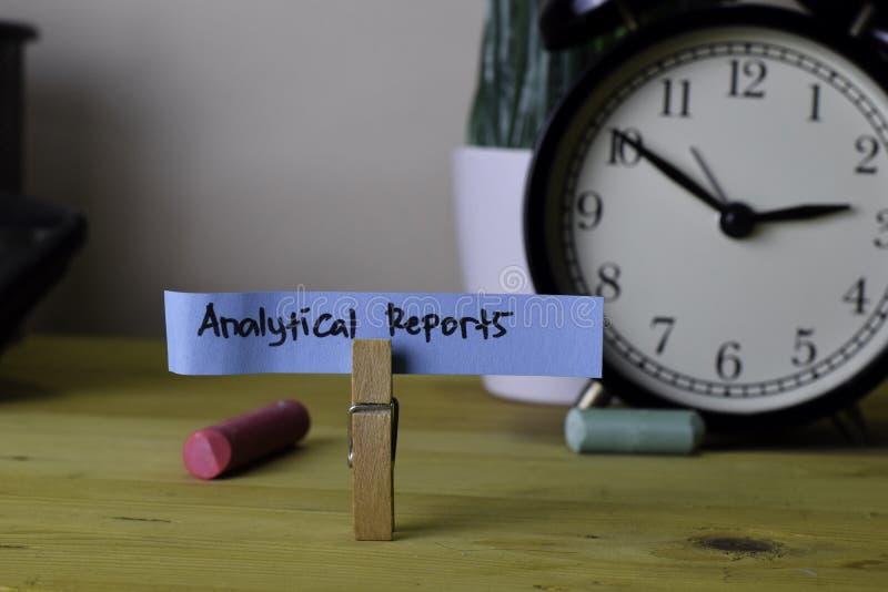 Analytical raporty Handwriting na kleistych notatkach w odzieżowych czopach na drewnianym biurowym biurku zdjęcie royalty free