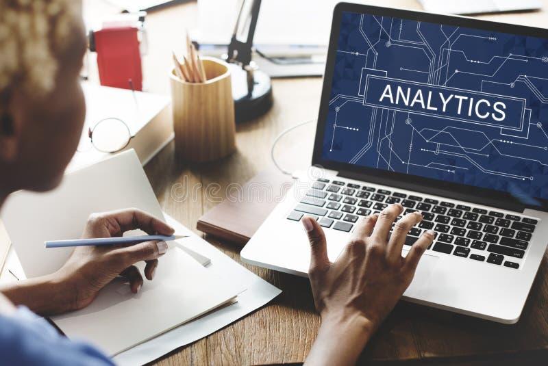 Analytics analyserar begrepp för forskning för information om dataanalys arkivbild