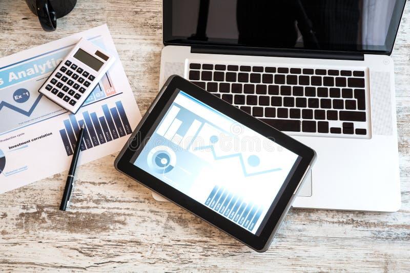 Analytics d'affaires avec une tablette et un ordinateur portable photographie stock libre de droits