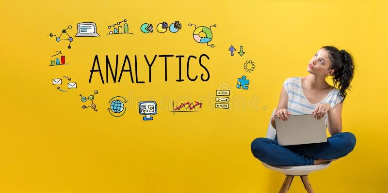 Analytics med kvinnan som använder en bärbar dator arkivbild