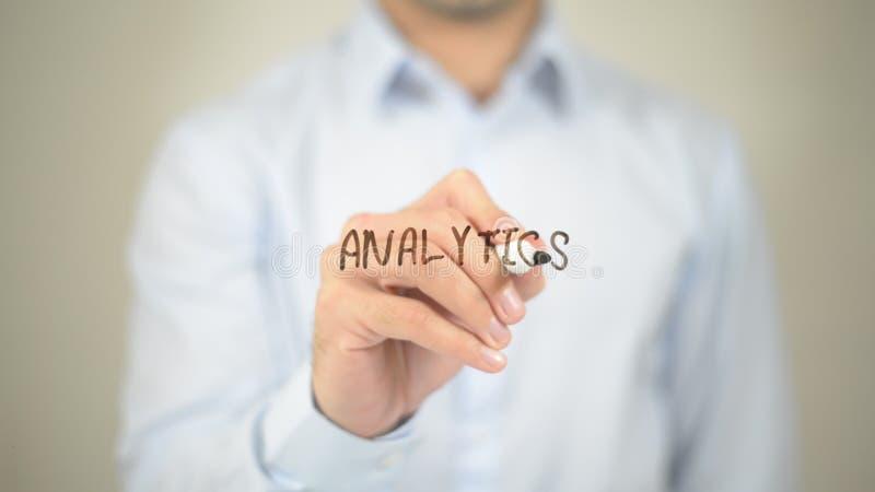 Analytik, Mannschreiben auf transparentem Schirm stockfotos