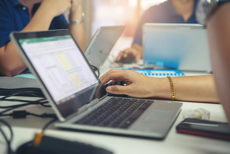 Analytiker-Corporate Team-Sitzung, -diskussion und -forschung zusammen in der neuen Projektstrategie Berufsgesch?ftsmann und Frau lizenzfreies stockfoto