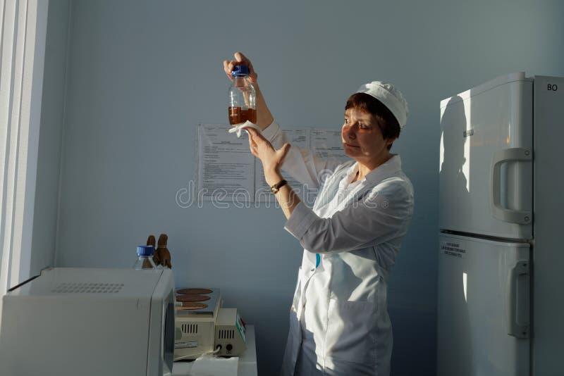 Analytiker des Chemikalie-biologischen Unternehmens Vita macht einen Test stockfotografie