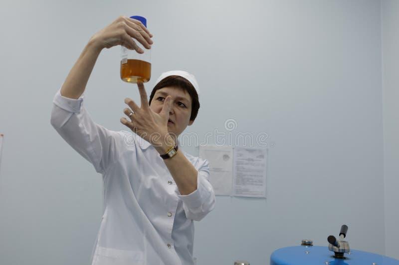 Analytiker des Chemikalie-biologischen Unternehmens Vita macht einen Test lizenzfreie stockbilder