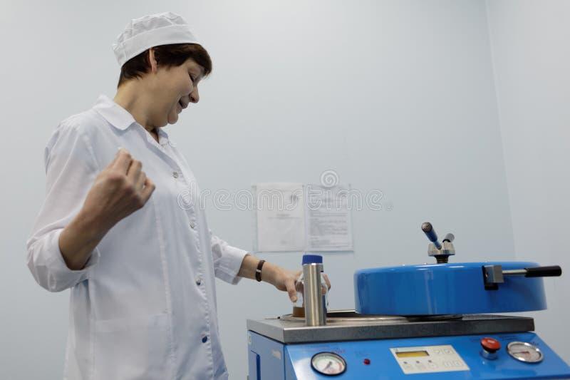 Analytiker des Chemikalie-biologischen Unternehmens Vita macht einen Test lizenzfreie stockfotos