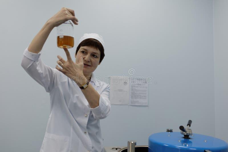 Analytiker des Chemikalie-biologischen Unternehmens Vita macht einen Test stockbilder