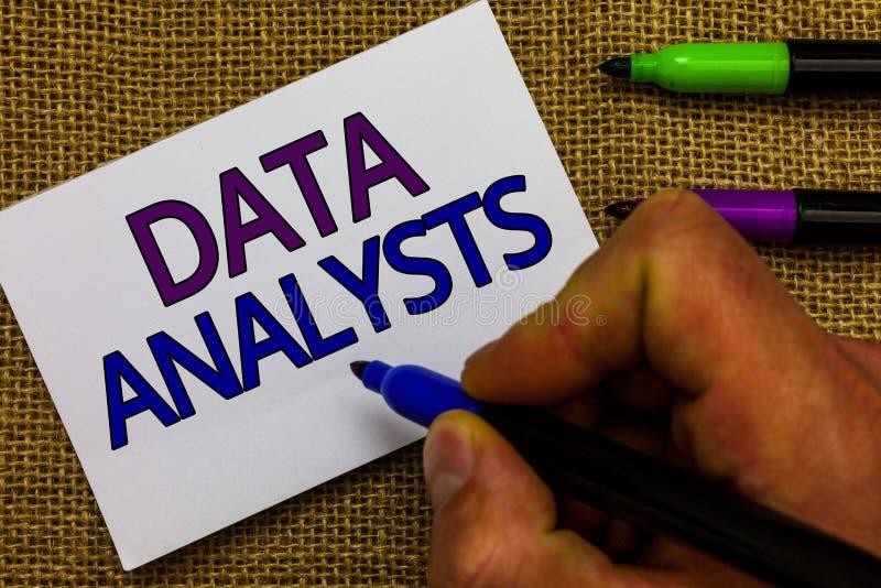 Analytiker för data för textteckenvisning Begreppsmässig fotoprogrammerare Design och skapar rapporten identifierar den hållande  arkivfoto