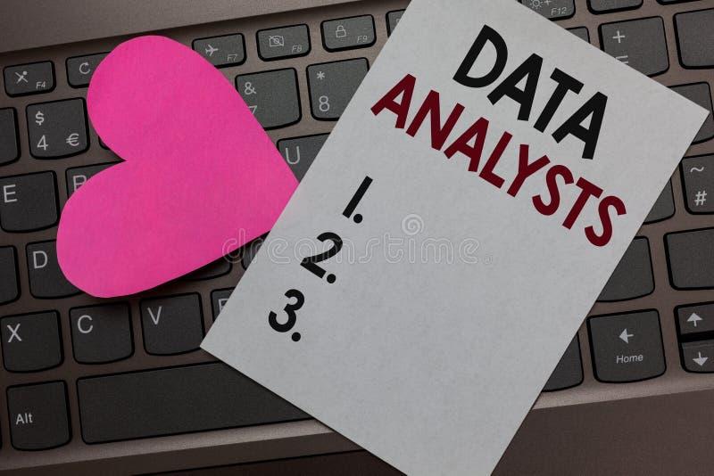 Analytiker för handskrifttextdata Skapar menande programmerare Design för begreppet och rapporten identifierar modeller skyler öv royaltyfri foto