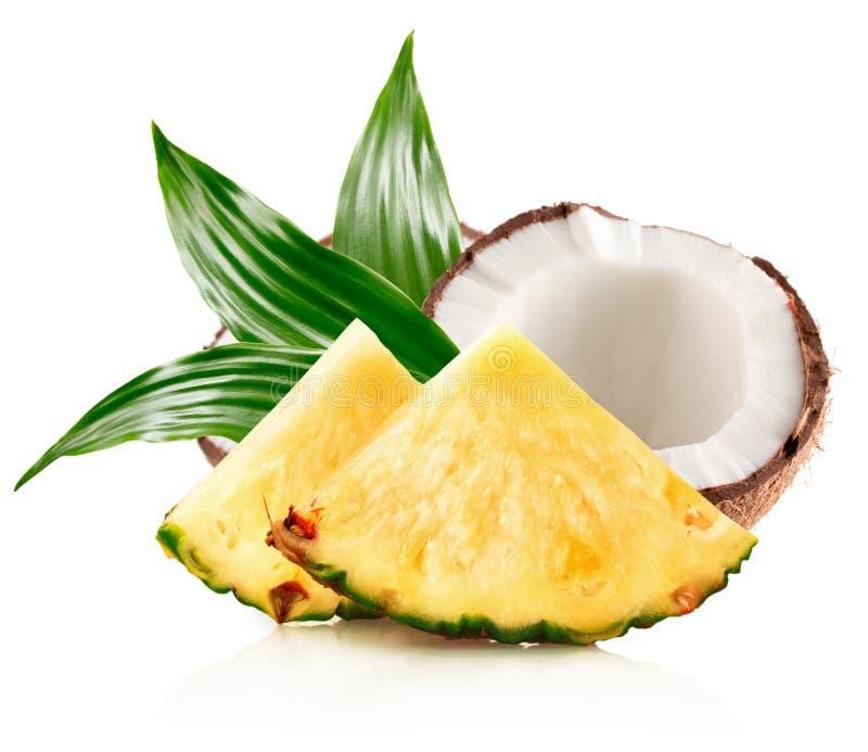 Ananasów plasterki i połówka koks odizolowywający na białym backg zdjęcia royalty free