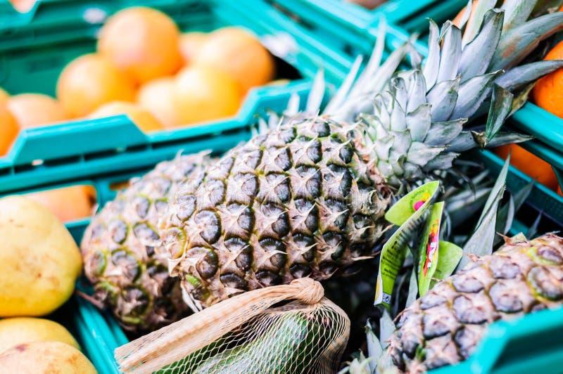 Ananas à l'intérieur d'épicerie - Turquie images libres de droits