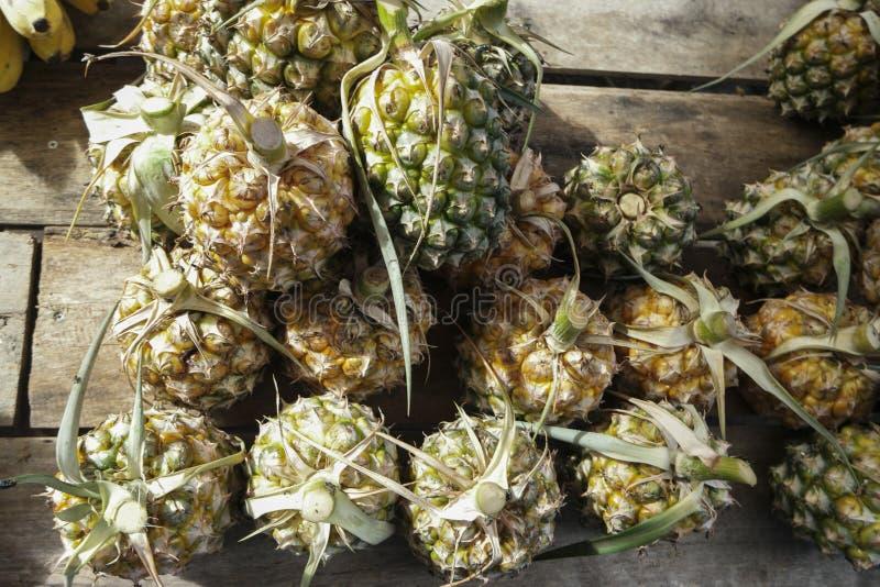 Ananas à vendre sur le marché, vue supérieure photo libre de droits
