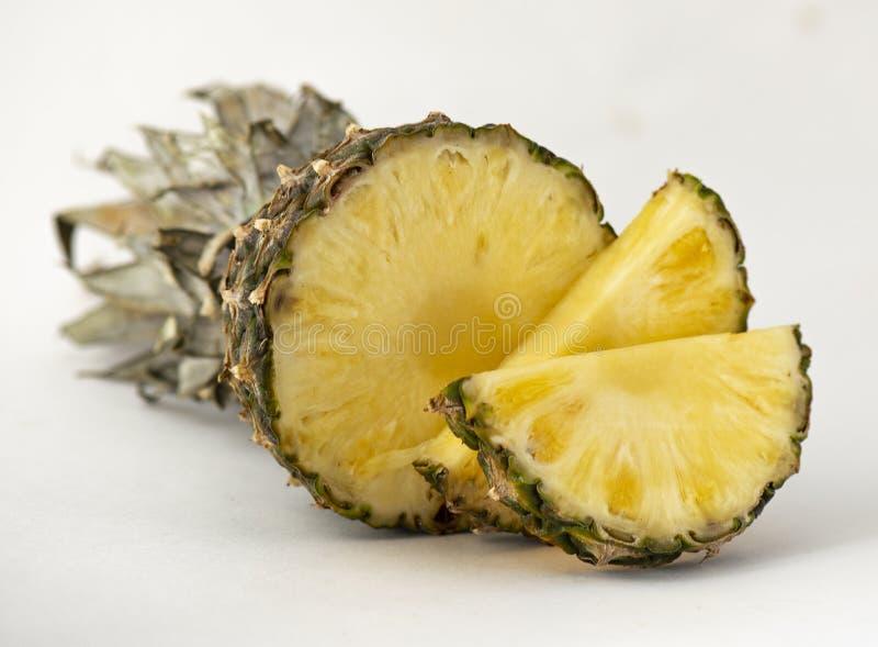 Ananas appétissant parfumé délicieux coupé en tranches pour le dessert avec un fond clair images libres de droits
