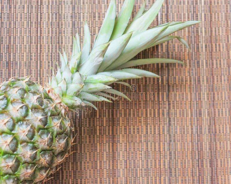 Ananas auf der hölzernen Hintergrundoberfläche lizenzfreies stockbild
