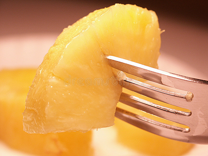 Ananas auf Gabel stockfoto