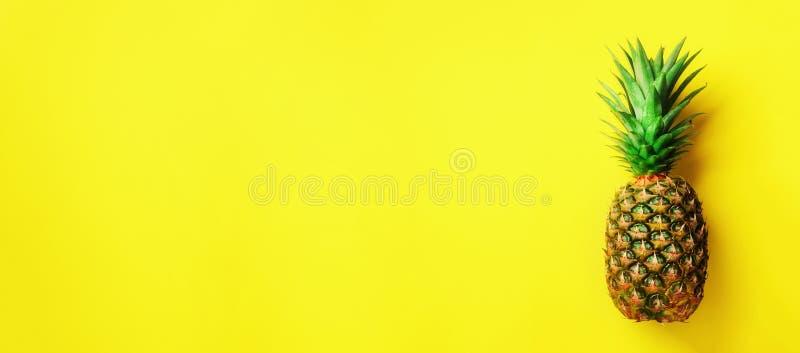 Ananas auf gelbem Hintergrund Beschneidungspfad eingeschlossen Kopieren Sie Platz Muster für minimale Art Pop-Arten-Design, kreat stockfoto