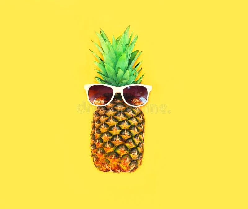 ananas avec des lunettes de soleil sur l 39 ananas jaune de fond photo stock image 76094273. Black Bedroom Furniture Sets. Home Design Ideas