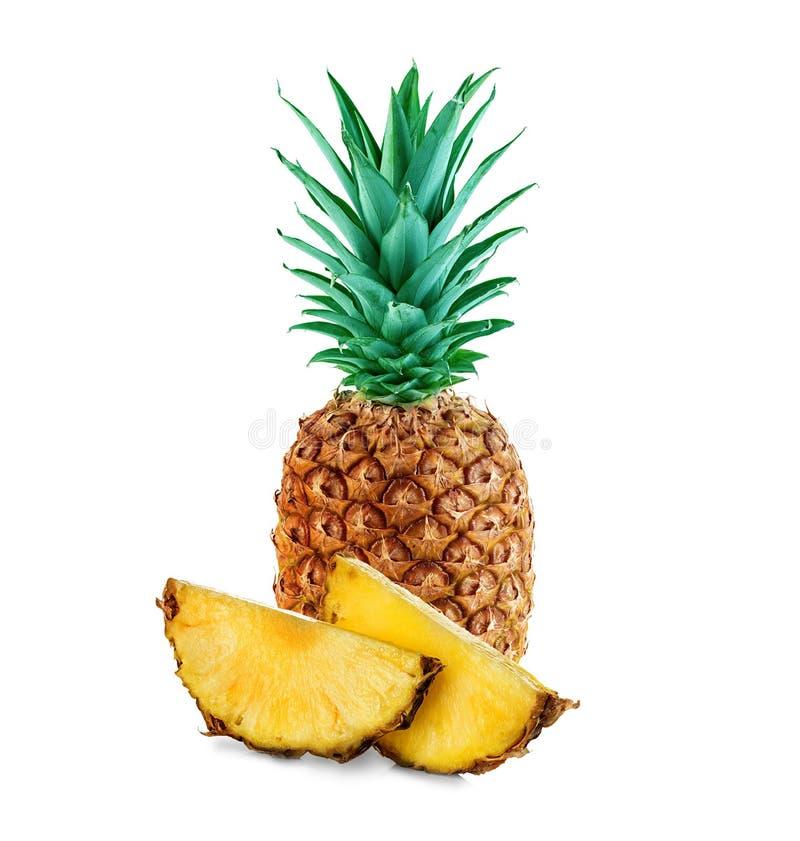 Ananas avec des tranches d'isolement photographie stock libre de droits