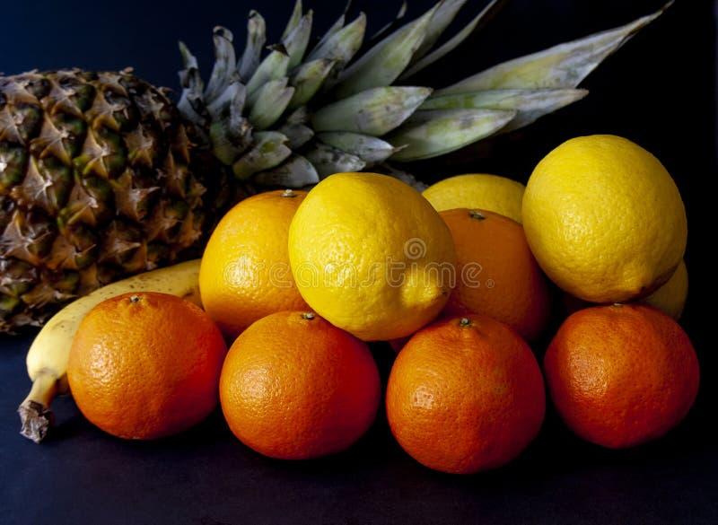 Ananas avec le mélange des fruits tropicaux, y compris des oranges, citrons photos libres de droits