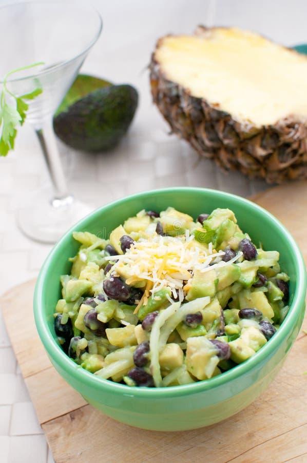 Ananas, avocado, cipolla ed insalata dei fagioli immagini stock