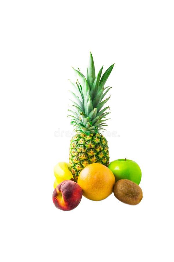 Ananas, banane, pêche, pamplemousse, kiwi et pomme d'isolement dessus photographie stock libre de droits