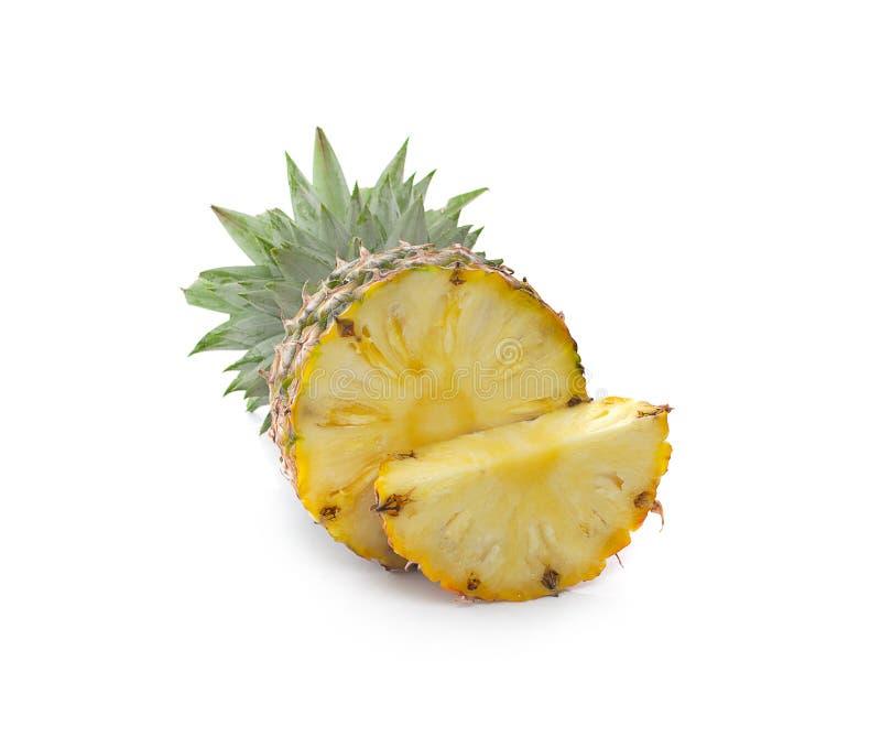 Ananas con delle fette isolato su fondo bianco fotografia stock libera da diritti