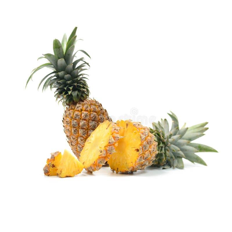 Ananas con l'isolato delle fette su fondo bianco, Frui tropicale fotografia stock libera da diritti