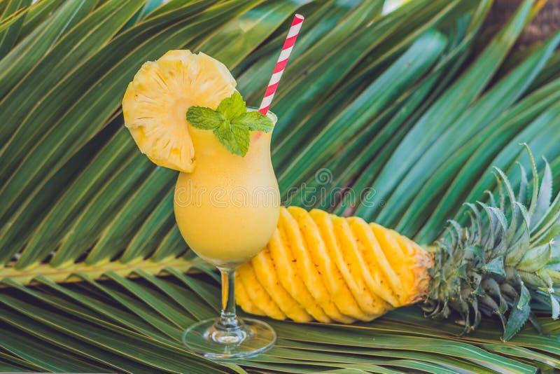 Ananas e frullati dell'ananas contro lo sfondo di un Br fotografie stock