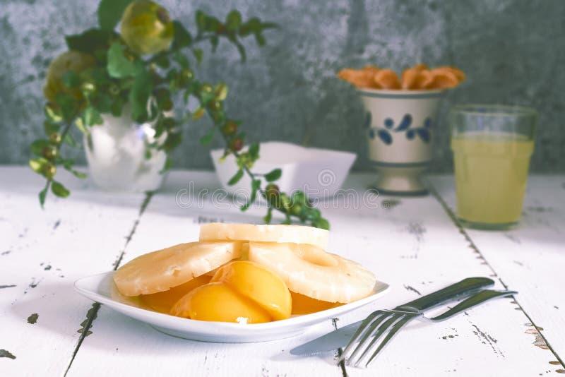 Ananas e pesca immagine stock