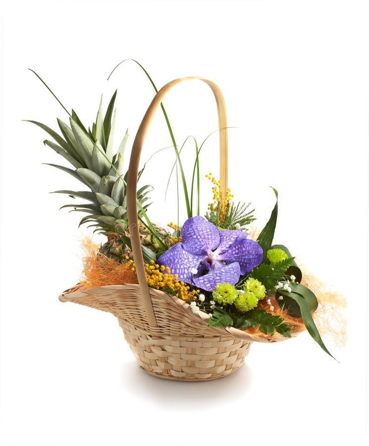 Download Ananas in een mand stock foto. Afbeelding bestaande uit flora - 29500496