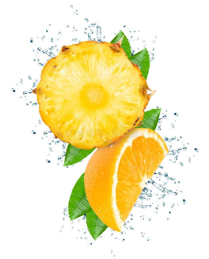 Ananas et éclaboussure orange images libres de droits