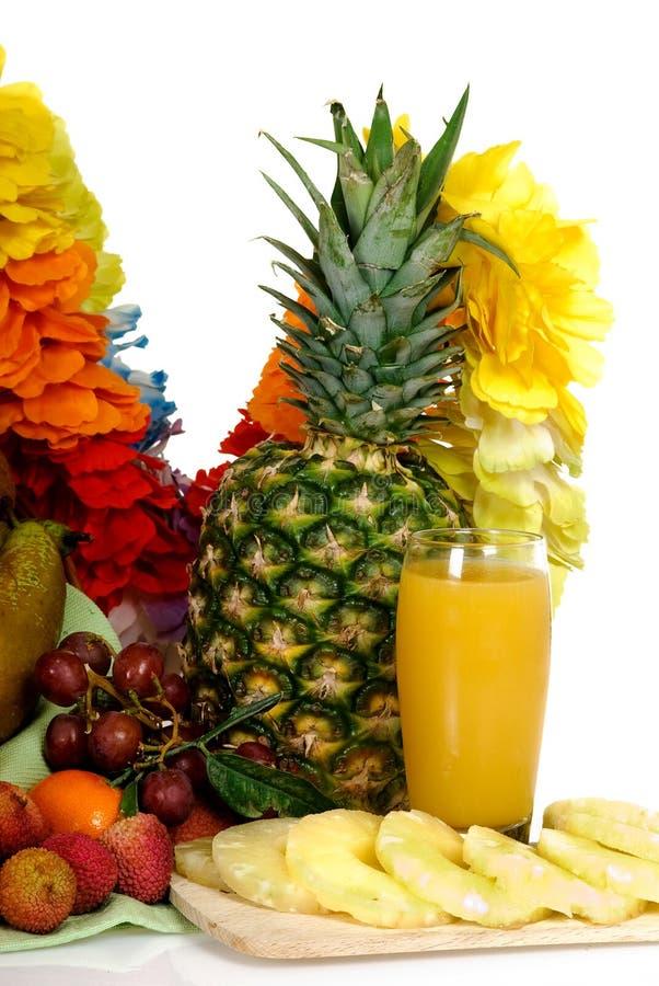 ananas för korgfruktfruktsaft fotografering för bildbyråer