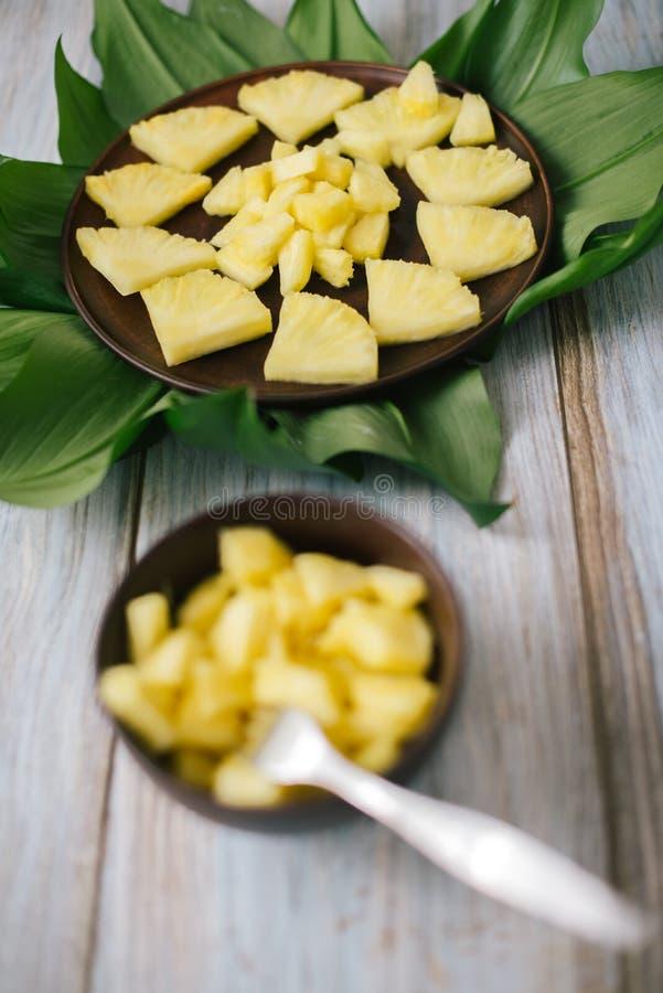 Ananas fresco affettato in una ciotola sulle foglie immagine stock libera da diritti