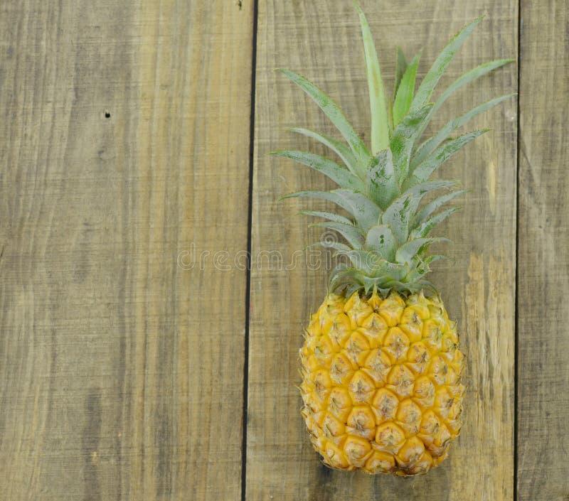 Ananas fresco su fondo di legno, isolato fotografia stock libera da diritti
